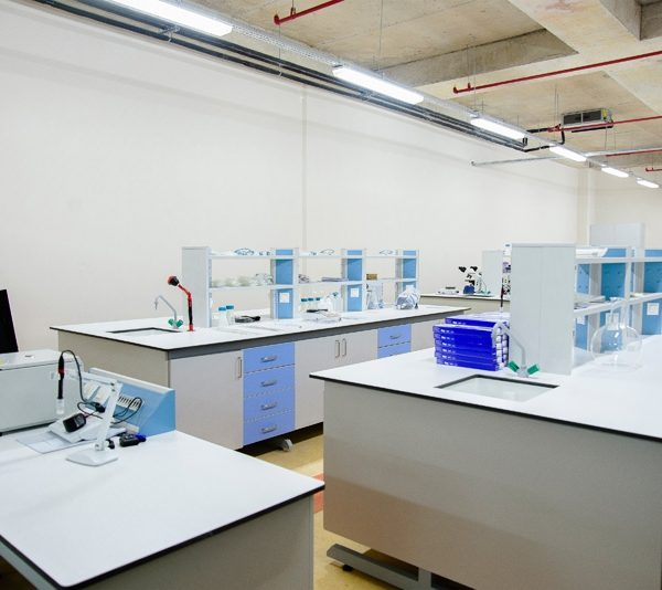 طاولات مختبرات