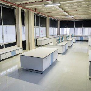 أثاث المختبرات والمستشفيات